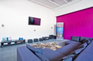 Chill-out Zone mit Lounge und Flat-TV